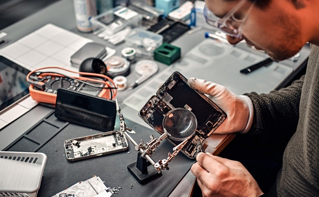 Do Computer Repair Shops Look at Your Files? (+ Vital Facts)